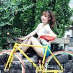 Chân dài xinh đẹp bên xe đạp khỏe khoắn
