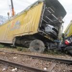 Tàu hỏa tông thẳng xe container chở ô tô