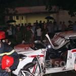 Dừng đèn đỏ, tài xế taxi tử vong tại chỗ vì cây đổ trúng xe