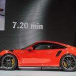 Xe sang đua Porsche 911 GT3 RS trắng tinh khôi