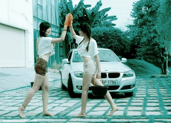 chan-dai-xinh-dep-rua-xe-sang-bmw
