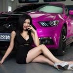 Chân dài bốc lửa bên xe Ford Mustang màu tím