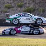 Hai siêu xe Porsche trên đường đua đè lên nhau