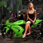 Chân dài xinh đẹp khoe dáng cùng xe môtô khủng