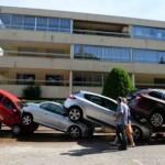 Nhiều xe hơi biến thành rác thải sau lụt lớn ở Pháp