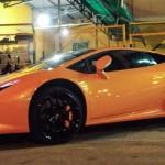 Siêu xe Lamborghini Huracan màu cam ra biển trắng tại Sài Gòn