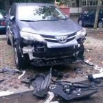 Choáng xe Toyota RAV4 bị chó hoang ăn vỏ xe