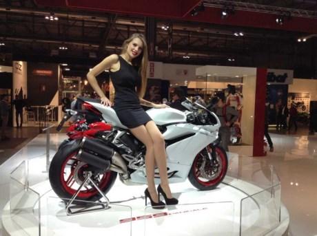 chan-dai-ben-sieu-xe-moto