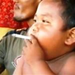 Em bé hút 2 bao thuốc một ngày