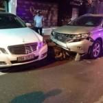 Nhân viên trông xe lái Mercedes của khách tông nhiều xe khác