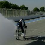 Choáng siêu xe đạp gắn động cơ phản lực đua với Ferrari Enzo