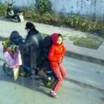 Bố đèo 3 con gái trên xe máy thể thao