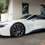 Người đàn ông to béo không ra được khỏi siêu xe BMW i8