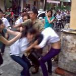 Mâu thuẫn giao thông 2 phụ nữ đánh nhau trên đường phố