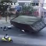 Kinh hoàng xe chở than đổ đè chết nam học sinh