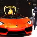 Người đàn ông rất khó khăn ngồi vào siêu xe Lamborghini Aventador