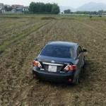 Xe Toyota Corolla Altis cày ruộng cuối năm