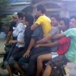 8 thanh niên trên 1 chiếc xe Honda Cub