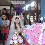 Cô gái trẻ mặc áo đám cưới trong đám tang người yêu