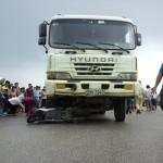 Cảnh sát giao thông bị xe tải tông vào người