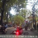 Đang đi giữa đường bị ngã bị xe máy khác tông thẳng vào đuôi