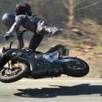 Tay lái xe Ducati tai nạn ở tốc độ 200 km/h vẫn đứng dậy