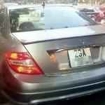 Trộm vặt gương Mercedes bị chủ xe bắt được