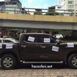 """Xe Nissan Navara đỗ đúng luật vẫn bị dán chữ """"vô ý thức"""" lên xe ?"""