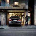 BMW 7 series tự động lái vào gara từ xa