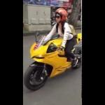Ngắm siêu xe đua Ducati điều khiển bởi thiếu nữ ở Sài Gòn