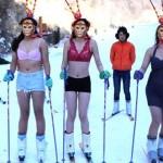 Dàn chân dài mặc biniki trượt tuyết giữa trời lạnh