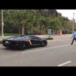 Cụ ông cầm đá ném siêu xe Lamborghini vì nẹt pô ầm ĩ