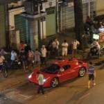Siêu xe Ferrari 458 mui trần thu hút sự chú ý trên đường phố Việt