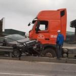 2 xe Mercedes E 400 ở Hải Dương bị tai nạn nặng nề