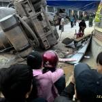 Xe bồn lật ở Nghệ An đè nát quán xôi ven đường