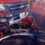 Xe bán tải phóng nhanh đâm xe máy tan nát trên đường Hà Nội