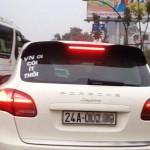 """Xe Porsche biển Lào Cai gắn sau xe chữ """"VN ơi còi ít thôi"""""""
