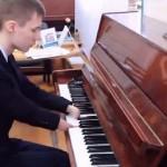 Cậu bé bị cụt tay vẫn chơi đàn Piano rất hay