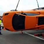 Video xe container chở chục siêu xe bị đổ ngang đường