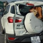 """Ford ecosport bị xe chở rác đâm từ đằng sau """"bay"""" 20 mét"""