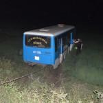 Xe khách bị nổ lốp, mất lái lao xuống hố ở Quảng Ninh