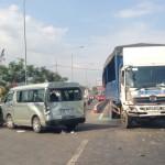 Xe chở 10 người trong đại gia đình bị xe tải đâm mạnh