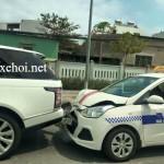 Xe taxi móp đầu vì tự tông vào đuôi xe sang Range rover