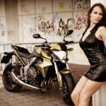 Chân dài xinh đẹp tây khoe cơ thể quyến rũ bên xe Honda CB1000R