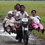 Những xe mô tô chở cả gia đình trên phố