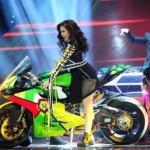 Hoàng Thùy Linh vác cả xe mô tô phân khối lớn lên sân khấu