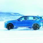 Xem HLV Mourinho lái xe Jaguar F-Pace trên tuyết