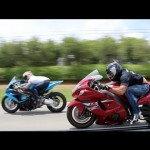 2 siêu xe mô tô đua với Nissan cổ độ 900 mã lực