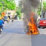 Xe máy đổ xăng đóng nắp chưa chặt bị cháy khi đi trên đường