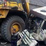 Xe tải cỡ lớn bị xe khổng lồ đâm nát ở Quảng Ninh